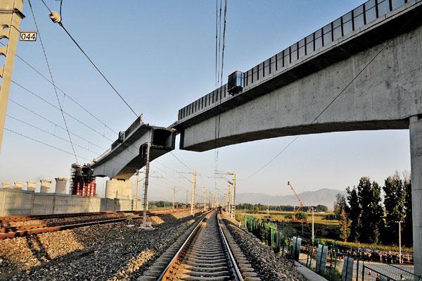 呼准鄂铁路跨呼准铁路特大桥全长5762米,是呼准鄂铁路引入呼和南站的控制性工程。为跨越3条铁路线,该桥转体梁长度达78m,重量超过4000吨,采取下转体的方式,桥墩与梁体同步顺时针转向30°实现合龙。通过采用转体工艺施工,仅需6天时间就可以完成原施工法90天的工作量,大大减少了对桥下既有铁路正常运输的影响。   呼准鄂铁路是国家《中长期铁路网规划》中内蒙古自治区西部重要铁路通道,由中国铁路总公司和内蒙古自治区共同筹资建设,为国铁I级双线电气化铁路,总工期3.
