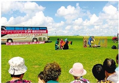 内蒙古草原文化节8台优秀巡演剧目之一的蒙古剧《驼乡新传》近日在全