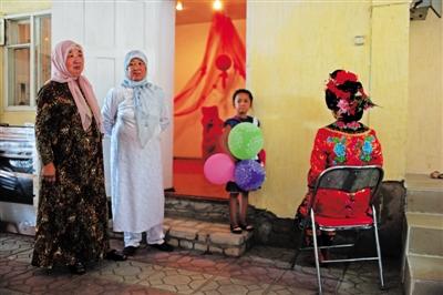 萨克斯坦新娘办传统中国婚礼 现清朝习俗 图