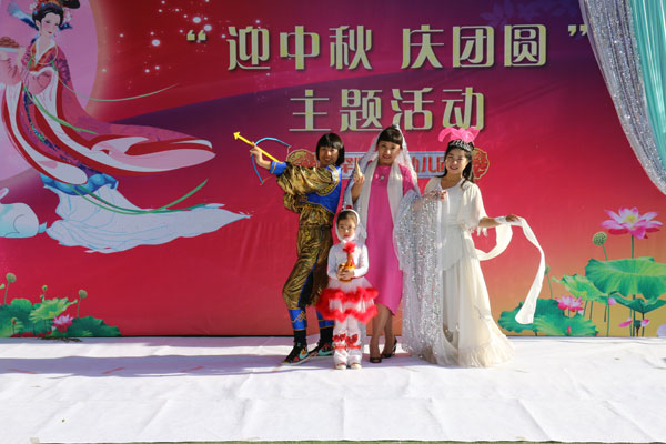 幼儿园园长牧奇老师和孩子们的故事表演《嫦娥奔月》