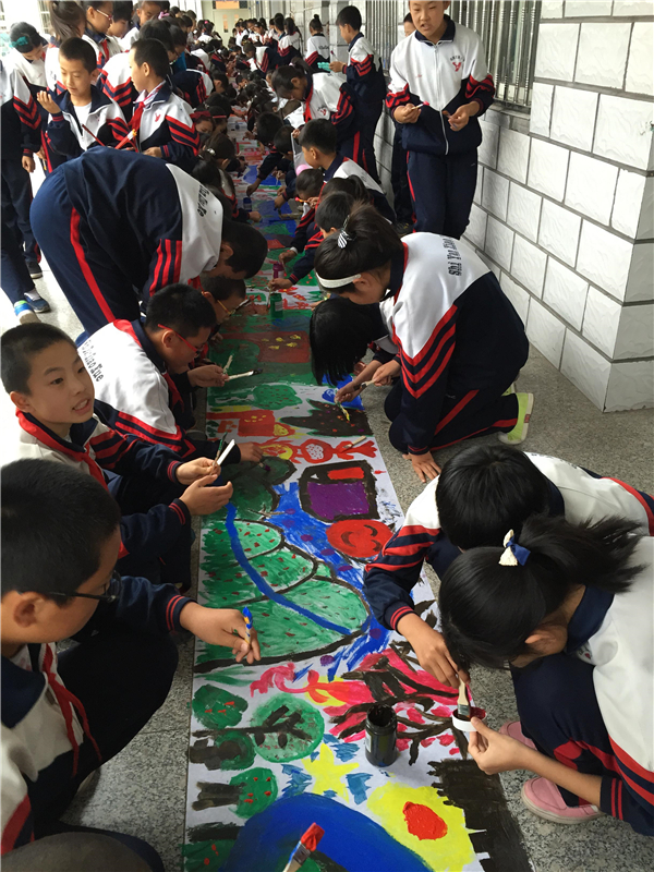 """通过制作""""向国旗敬礼""""节日小报的方式,引导未成年人描绘和放飞中国梦"""