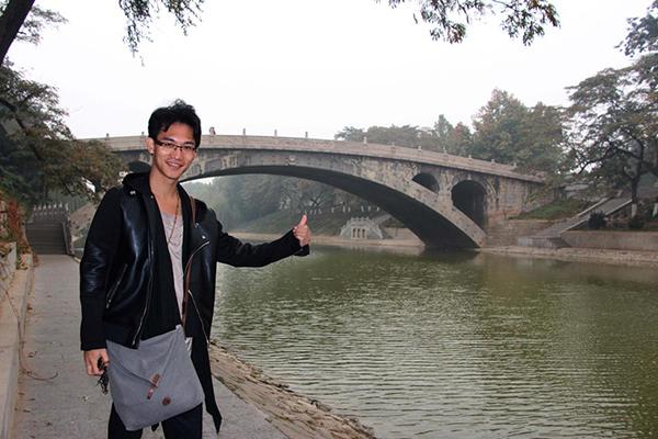 导演田七点赞赵州桥 歌曲《赵州桥》歌词赏析 作词:田七 承载了多少历史,多少沧桑。凝聚了多少智慧,多少勇气。 谱写了多少传奇,多少文明。它,安然无恙挺立在洨河上。 赵州桥,连接天地的桥,饱尝千年风霜雨雪的大石桥。 赵州桥,穿越古今的桥,轮回千年春夏秋冬的大石桥。