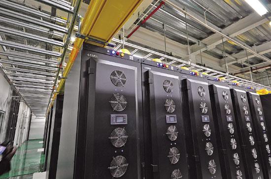 """3大电信巨头百亿布""""云""""   从呼和浩特金桥开发区出发,沿金盛路南行约20公里,远远便可望到""""中国云谷扎根和林""""的硕大字牌。   3年半的时间,中国电信首批6座数据机楼已全部投入使用,吸引了互联网巨头——百度、阿里巴巴、搜狗、腾讯入驻;一街之隔,是中国移动云计算数据中心,主体部分已经完工。   除了和林格尔,在呼和浩特城区东北方向的鸿盛工业园区,中国联通也来了!国内3大电信运营商不约而同的选择,让草原乳都再加光环,成为&ldquo"""