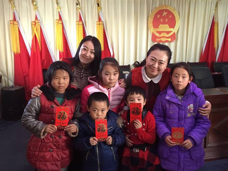 内蒙古电力公司志愿者看望代钦塔拉苏木留守儿童