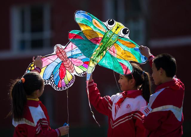 """当日,内蒙古呼和浩特市小召小学举行""""放飞春天""""为主题的风筝彩绘"""