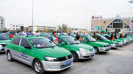 4月26日,百名出租车驾驶员参加了在巴彦浩特举行的