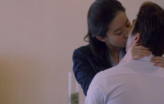 """第三种爱情》中宋承宪和刘亦菲的吻戏还是挺""""激烈""""的.话说,两"""