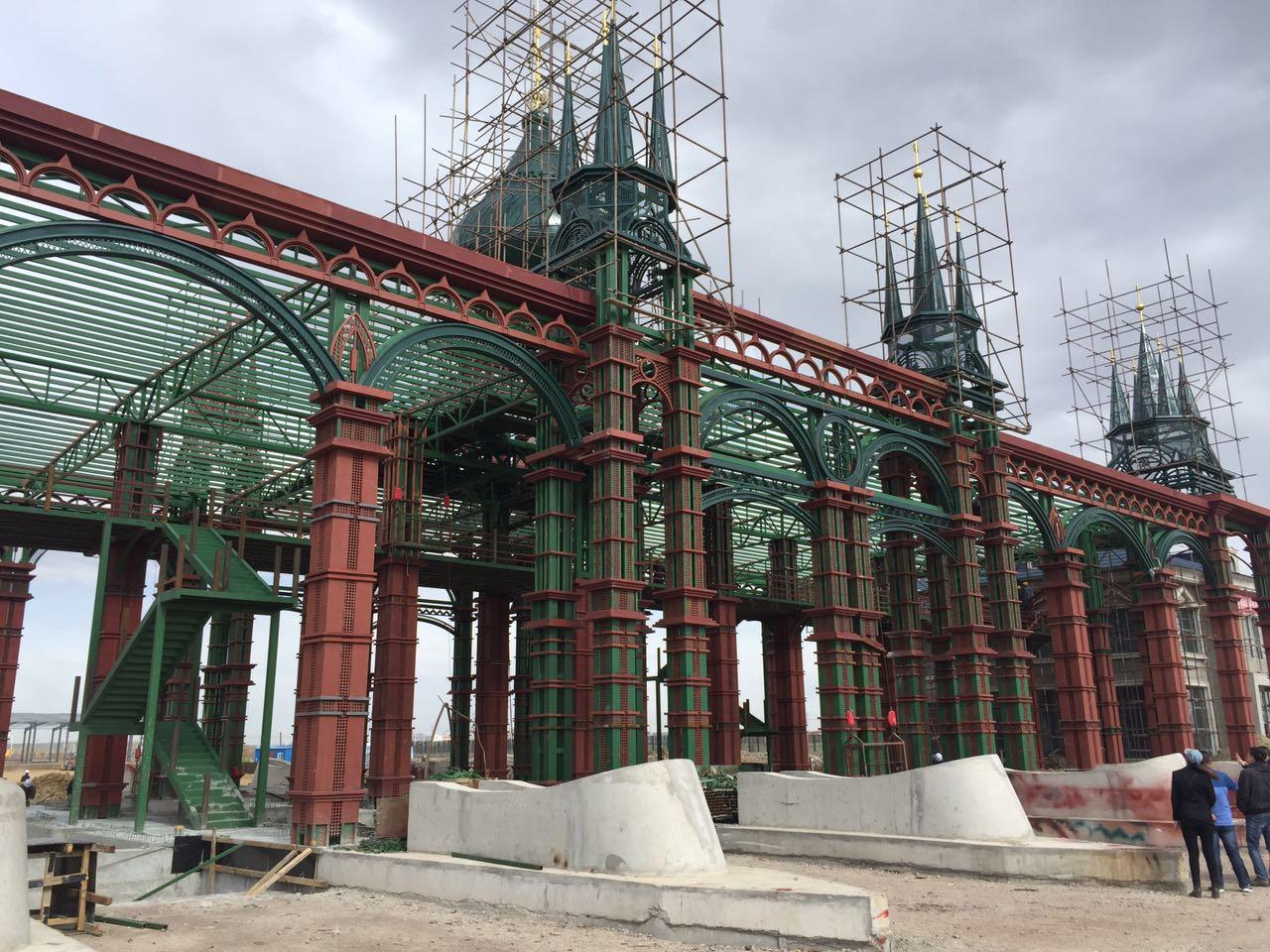 主卡口主体钢结构,地磅基础及安全岛施工已完成,正在进行铁艺装饰