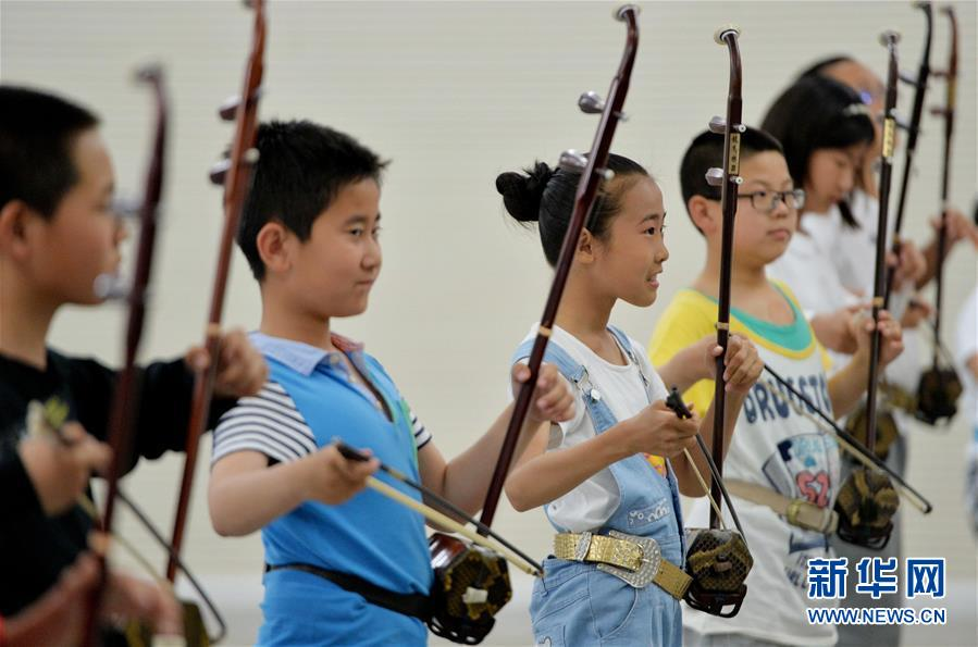 心,孩子们练习二胡合奏曲《喜洋洋》.-传统文化课堂 多彩美育童心