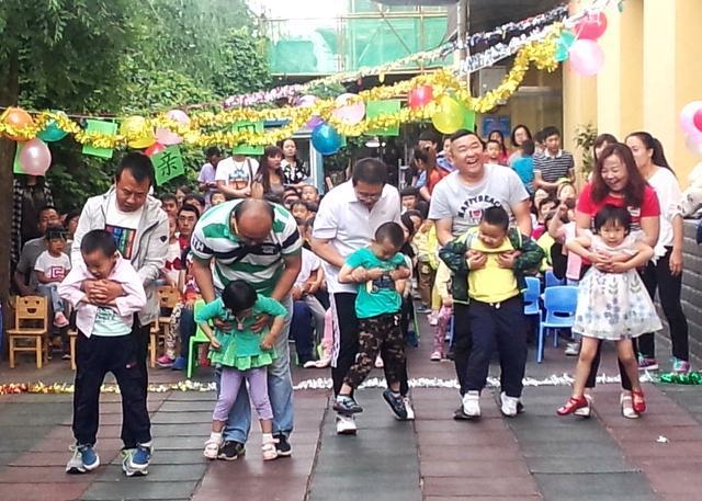 """6月17日,玉泉区幼儿园举行""""快乐父亲节""""亲子活动   父亲是一只船,载着我们对人生的期待;父亲是一棵树,可以为我们遮风挡雨。6月17日,玉泉区幼儿园邀请小朋友的爸爸参加""""快乐父亲节""""亲子活动,让孩子亲近爸爸,让爸爸更了解孩子,在繁忙的工作之余陪孩子度过美好的一天。   活动中,各年级针对不同的年龄特点,开展了丰富多彩的主题活动。小班幼儿和爸爸共同制作领带、贺卡等送给爸爸,并为爸爸献上歌曲《我的好爸爸》,让各位爸爸感动不已。中班年级组和爸爸玩起了&ld"""