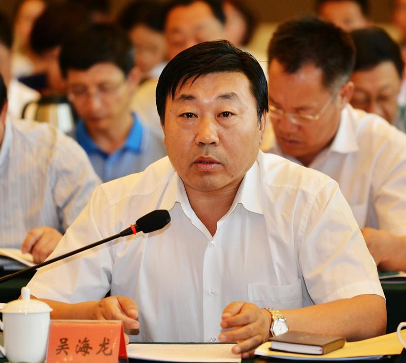 内蒙古日报社总编辑吴海龙正在发言.