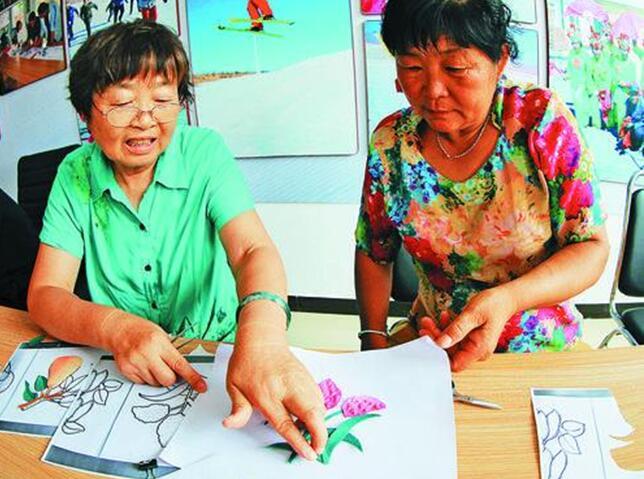 报纸和布粘贴画-子村民学习布艺贴画制作.内蒙古日报社融媒体记者 通拉嘎 摄-守护