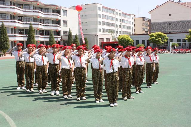玉泉区五塔寺东街小学学生在操场上训练