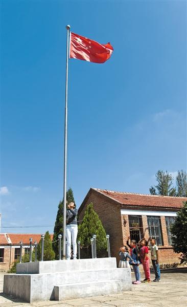 呼和浩特市赛罕区黄合少镇中心校朱亥学校全体师生如期举行升旗仪式.图片