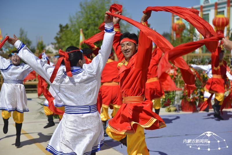 9月15日,库伦旗草根艺术团的演员们在表演群舞《激情安代舞》