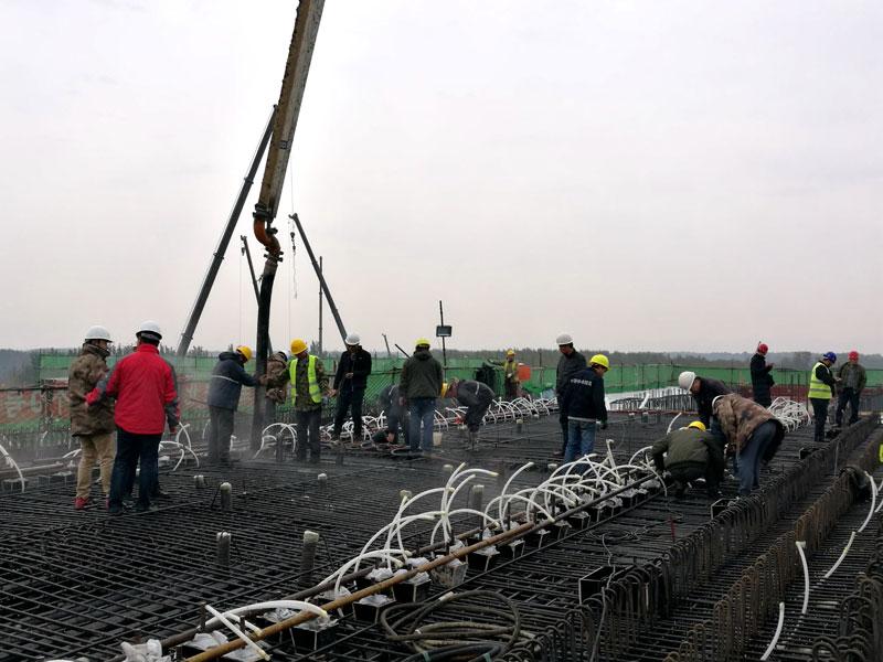 10月7日6点36分,由中铁十四局集团承建的通辽至新民北客专控制性工程——跨304国道及大郑铁路特大桥转体梁的89号主墩0号块开始浇筑混凝土。这是通辽至新民北客专全线浇筑的首个0号块,标志着该桥转体梁进入了桥梁上部施工的关键环节,蒙东首条高铁开启了全线上部结构施工的新局面。   跨304国道及大郑铁路特大桥转体梁是通辽至新民北客专全线的卡脖子工程,是全线的控制性工程之一。作为通辽至新民北客专全线现浇梁的首件工程,首个0号块混凝土的顺利浇筑,为下一步施工打下坚实的基础,同时为连续
