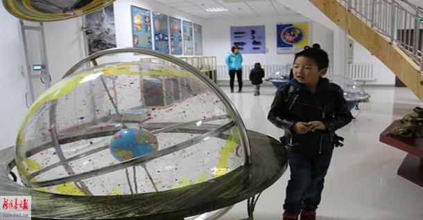 据工作人员介绍,天文展厅共陈设天文图文展板和天文模型40件,其中