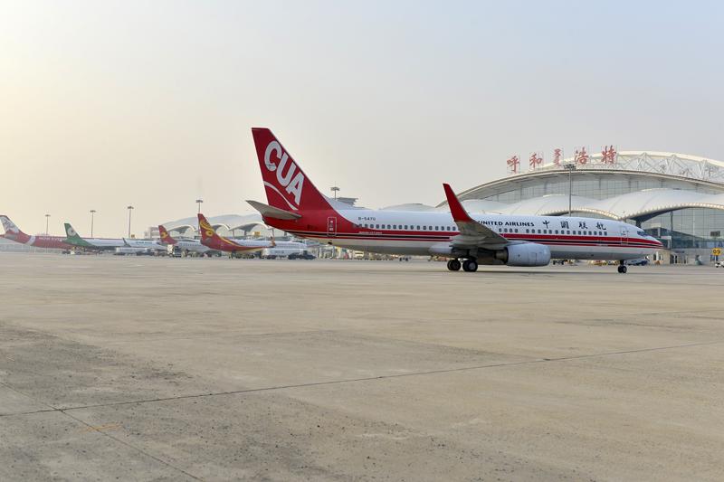 呼和浩特白塔国际机场繁忙的停机坪上,客运飞机在等候出港.