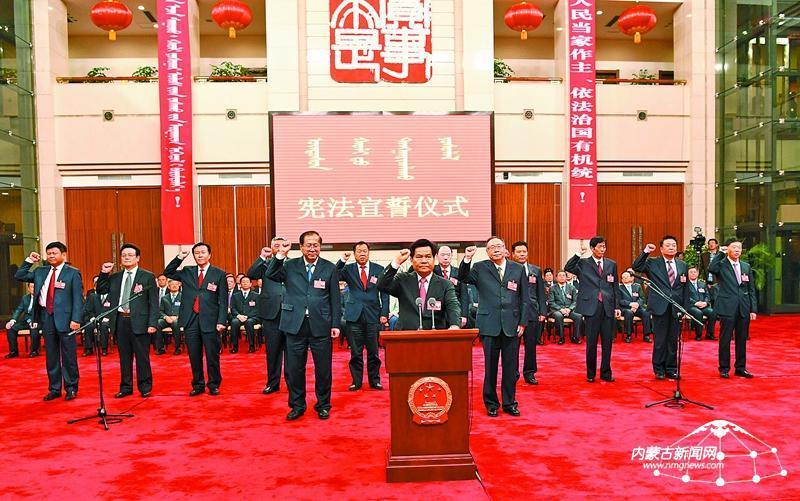 新当选的自治区人大常委会主任李纪恒向宪法宣誓