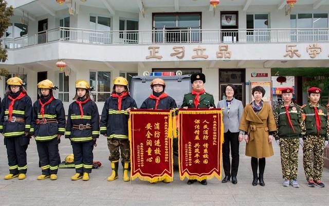 3月21日,内蒙古呼和浩特市玉泉区五塔寺东街小学师生代表赠送锦旗.