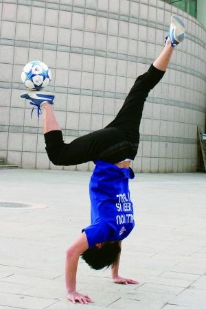 王晓鹏:花式足球玩到了国外图片