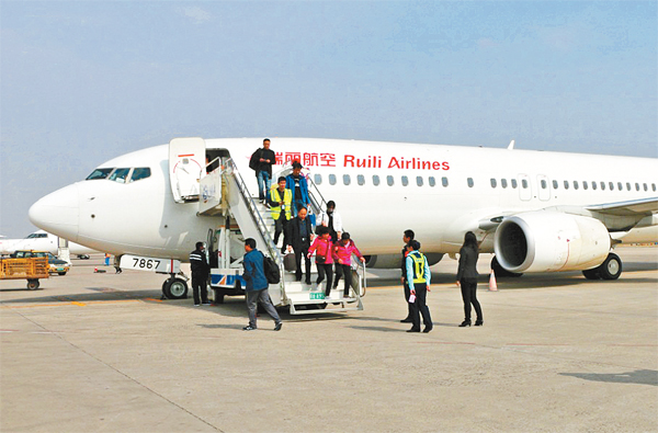 16点15分,飞机从呼和浩特机场载客滑行并飞往下一站济南.