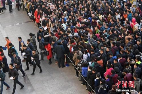 资料图:2016年11月27日,山西太原一公务员考点,考生排队准备进入考场。武俊杰 摄