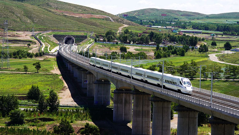 内蒙古首趟草原高铁经过察右前旗三岔口乡东土村特大桥.