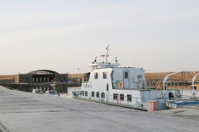 前方坞池由水上飞机坡道,坞池护岸及修船滑道组成,坞池底面积为4902