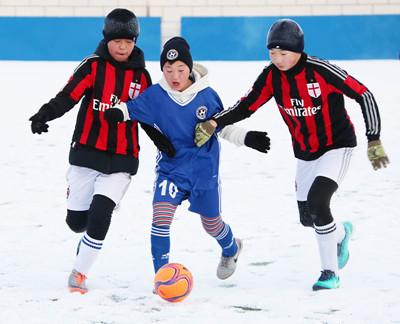 金沙国际网上娱乐:中俄蒙娃娃雪地足球赛鸣锣开战