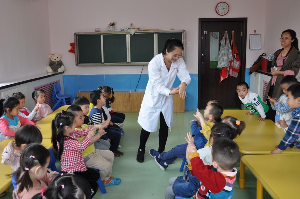 小朋友们,看,这个地方就是合谷穴。   阿姨,什么是合谷穴,合谷穴是干啥的? 3月30日下午,内蒙古自治区中医医院的医护人员走进呼和浩特天元幼儿园,为孩子们普及小儿针灸、小儿推拿等简便易懂的中医知识。他们的讲解,引起孩子们极大兴趣。孩子们伸出一双双稚嫩的小手,认真地比划着,不时发出好奇的疑问。   让孩子们从小就接触针灸、推拿、中药,有助于中医药文化的传承和发展。幼儿园一位老师说。 中医是我们的医学瑰宝,发展和传承好中医药文化是我们的职责。据医院党办主任彭建峰介绍,为了大力普及中医药知