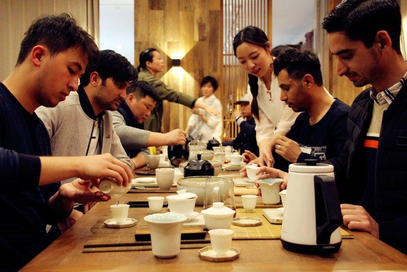 50名留学生在内蒙古感受中国传统茶艺文化