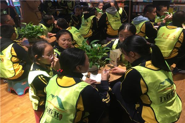 锡林浩特市一中社会实践活动走进新华书店