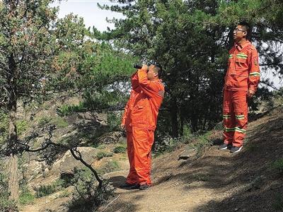 进入秋季森林草原防火期,阿拉善盟各基层护林工作人员加大森林巡查