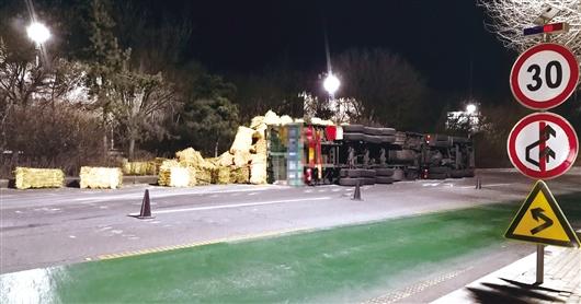 货车侧翻250多垛草散落 八名民警徒手清理了一上午