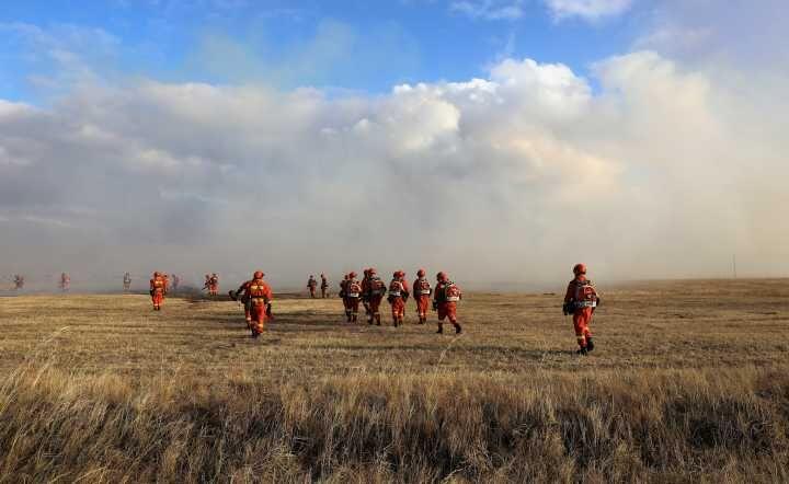 俄罗斯烧入呼伦贝尔境内草原火明火已扑灭