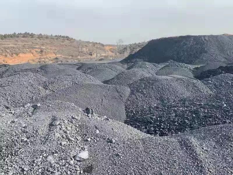 谁倒的?煤矸石和煤泥堆积成山