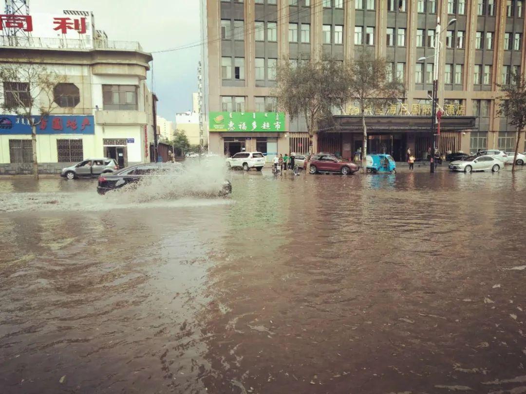 乌海市现冰雹天气 多路段积水严重